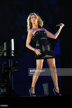 Photo d'actualité : Celine Dion performs on stage at the Tokyo Dome...