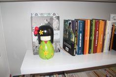 une poupée que ma sœur m'a offerte en évidence sur ma bibliothèque. j'aime ses couleurs