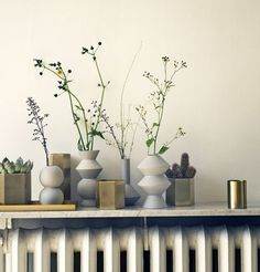 Poser une étagère au-dessus du radiateur et y poser quelques vases et objets de décoration.