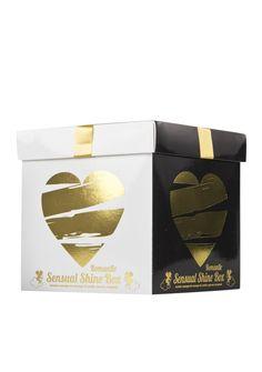 Shine Box Sinnliches Set für Paare, Romantisch: Das perfekte Set für eine Nacht voller Spannung und Erotik. Überraschen Sie Ihren Partner mit Rosenblättern, den vier Kerzen und vielem mehr. Für noch mehr Spannung können Sie die Augenmaske benutzen, um die Phantasien Ihres Partners Wirklichkeit werden zu lassen. Das perfekte Vorspiel für eine super-spannende Nacht!