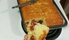 Modo de Preparo: Bata no liquidificador os ovos, o óleo, o leite, o fubá a farinha e o açúcar Com o liquidificador desligado, coloque o fermento e mexa com a colher Unte e enfarinhe uma forma de buraco no meio, coloque a massa dentro e pique pedaços de goiabada e queijo por cima Asse em forno...
