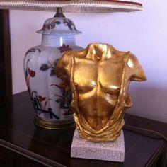 Busto masculino em gesso, com 24 cm de altura, com acabamento em folha de ouro e craquelé com veio dourado.