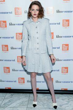Kristen Stewart con conjunto de chaqueta y falda plisada en color marfil, de Chanel.