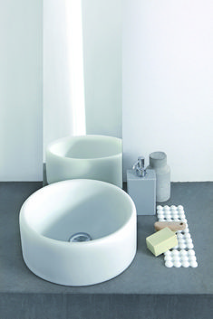 COCCOLA - Soft sit-on wash basin with chrome-plated plug. #lavamani #bagno #geelli
