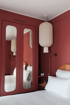 Chambre Hôtel Monte Cristo Paris Buildings and Hotels views Interior Design Boards, Red Interior Design, Interior Ideas, Hotel Decor, Home Decor Bedroom, Bedroom Ideas, Hotel Bedroom Design, Paris Bedroom, Bedroom Red