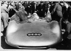 1937 - Bernd Rosemeyer logra récord mundial de velocidad en tierra de 406 kms/h en un #Audi hecho completamente de aluminio.