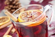 Le remède de grand-mère efficace contre le rhume et le mal de gorge est le grog bien sûr ! Versez dans une tasse d'eau chaude 1 cuillère à soupe de rhum brun ambré, le jus ½ citron et 1 petite cuillère à soupe de miel. Touillez. Décorer avec une tranche de citron pour plus de fun ! A boire avec modération quand même...