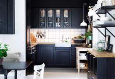 Petite cuisine ouverteLe moindre recoin de l'espace est employé pour installer une cuisine toute équipée. Made in IKEA, bien sûr !