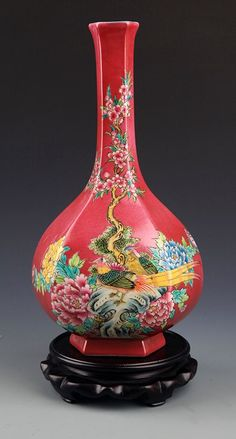 A RED COLOR GROUND FAMILLE-ROSE PORCELAIN BOTTLE. Qing Dynasty, H:11.2in