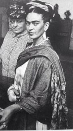 Frida y Helena. this would make a stunning painting - love the confident pose
