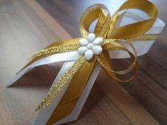 Diy Ribbon, Ribbon Bows, Bridal Glasses, Distintivos Baby Shower, Ribbons Galore, Pew Bows, Corsage Wedding, Buttonholes, Baby Wearing
