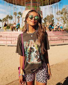 15 looks para quem ama t-shirt - Guita Moda Festival Outfits Australia, Music Festival Outfits, Casual Festival Outfit, Boho Festival Fashion, Festival Clothing, Festival Wear, Rave Outfits, Trendy Outfits, Coachella Outfit Ideas