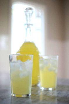 Gör egen citronsaft make your own lemonade Fun Cocktails, Cocktail Drinks, Clean Recipes, Snack Recipes, Yummy Food, Tasty, Healthy Drinks, Lemonade, Glass Of Milk
