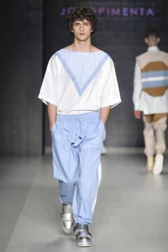 Fluidas prendas de cortes oversize y con elementos femeninos forman parte de la colección Fall-Winter 2016 de João Pimenta en la semana de la moda de Sao Paulo