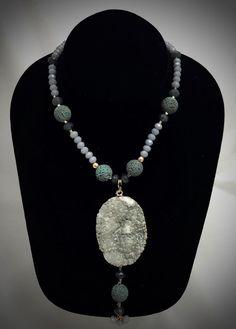 Collar cristal de goldfield  y piedra volcánica con por Cristina Elizondo Fernández