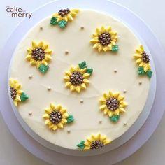 Cake Decorating Frosting, Creative Cake Decorating, Cake Decorating Set, Cake Decorating Videos, Cake Decorating Techniques, Creative Cakes, Cake Decorated With Fruit, Sunflower Cakes, Sunflower Birthday Cakes