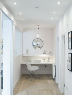 Utilizing hallway for modern desk area Home Office Space, Office Workspace, Home Office Design, House Design, Desks For Small Spaces, Small Space Living, Living Area, Living Room, Contemporary Hallway