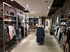 De afgelopen maanden is er hard gewerkt bij Nummer Zestien. Nummer Zestien Generation Store met alleen maar topmerken in dames- en herenkleding ademt een warme huiskamersfeer uit en heeft een nieuwe coole jeansfloor. Op woensdag 1 maart 2017 was de heropening. Kom ook gezellig fun fashion shoppen!