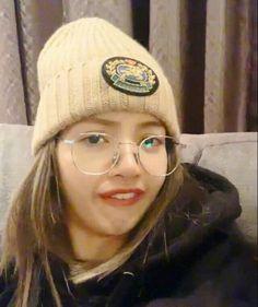 Lisa as a Meme hahahah Memes Exo, Memes Blackpink, Funny Kpop Memes, Kim Jennie, Meme Faces, Funny Faces, Bts Jung Hoseok, Girls Generation, Rapper
