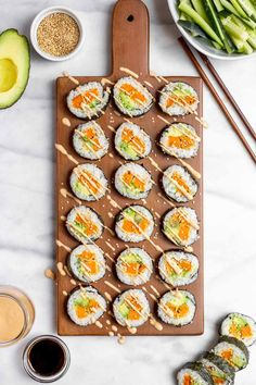 This healthy vegetarian sushi recipe tastes as good as a restaurant! It's made with sweet potato tempura, sushi rice, and is so easy to make. Vegetarian Sushi Recipes, Healthy Sushi, Vegan Recipes, Sushi Comida, Sushi Sushi, Tempura Sushi, Sushi Bowl, Sushi Vegetariano, Sweet Potato Tempura