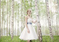 flora- kurzes brautkleid mit tellerrock und tüllunterrock mit corsage und blau- grünem gürtel mit pünktchen