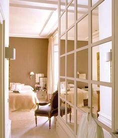 Elegante en los más mínimos detalles y con zonas de una depuración sabiamente elegida. Siempre exquisita. La nueva casa madrileña del decorador Luis Puerta revela las pautas del mejor interiorismo.