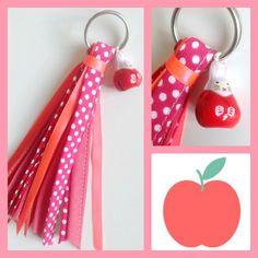 """Porte clés pompon rose fluo et rouge à pois blancs, biais assortis, petit grelot lapin japonais """"Sweet : Porte clés par kissa-mania"""