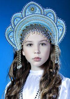 """Jeune fille Russe portant la  traditionnelle coiffe """"Kokoshnik""""."""