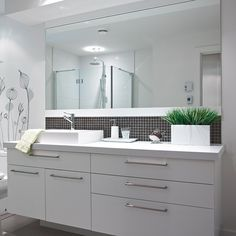 Salle de bain de style contemporain avec comptoir de stratifié