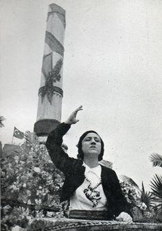 Türkiye'nin ilk #kadın hatiplerinden Meliha Avni Sözen, 1930'larda Tayyare Şehitleri Anıtı önünde konuşma yaparken  #istanlook