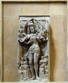 Schutzmantel-Christus bzw. Christus als Schmerzensmann (um 1500, möglicherweise aus dem Umkreis der Ulmer Syrlin-Schule) links vor dem Chor, Stiftskirche Stuttgart, Deutschland