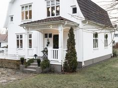 "Hemma hos Anna kommer julpyntet fram tidigt: ""Pyntar redan i november"" Painted Foundation, House Entrance, Cottage Homes, Curb Appeal, Farmhouse, Mansions, House Styles, Outdoor Decor, Dream Houses"