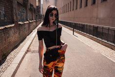 FRÜHLINGS OUTFIT MIT OFF-SHOULDER TOP UND CAMO PANTS by ohwyouknow.com: Dior Tasche, Tattoo, Orange Camo Hose, Brandy Melville Gürtel, Old Skool Vans, Primark Top und Sonnenbrille, Streetwear Girl