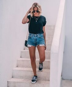 32 Trendy Sneakers Outfit Summer Fashion Looks Denim Shorts Denim Shorts Outfit Summer, Sneakers Outfit Summer, Sneakers Fashion Outfits, Summer Denim, Denim Outfit, City Break Outfit Summer, Cute Shorts Outfits, Outfits With Jean Shorts, Black Tee Outfit
