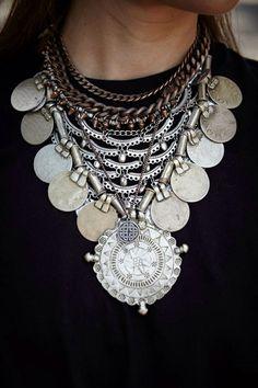 maxi colar / Statement necklace / uma peça muda todo look Tribal Jewelry, Boho Jewelry, Jewelry Box, Silver Jewelry, Jewelry Accessories, Fashion Accessories, Jewelry Necklaces, Jewelry Design, Fashion Jewelry
