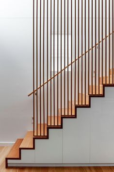 House in Hawthorn / Alexandra Buchanan Architecture - 5 - .-Wohnhaus in Hawthorn / Alexandra Buchanan Architektur – 5 – House in Hawthorn / Alexandra Buchanan Architecture – 5 – - Contemporary Stairs, Modern Stairs, Contemporary Decor, Interior Window Shutters, Interior Stairs, Garde Corps Design, Stair Gallery, Timber Slats, Staircase Remodel