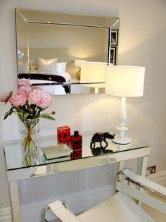 Mesa lateral do hall de entrada, detalhe para a mesa e espelho, o vaso de rosas e o abajur totalmente branco!!!