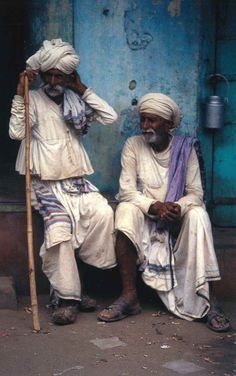 Elderly Dhebaria Rabaris wearing caste dress, including a smock (kediyun), in Anjar, east Kutch, Gujarat India We Are The World, People Around The World, Travel Photographie, India Street, Mother India, Goa India, India Art, Rural India, Amazing India