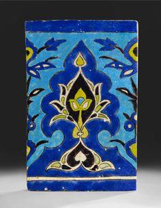 Carreau à la fleur de lotus Asie Centrale, art timouride, XVe siècle Haut. : 43,8 cm ; Larg. : 28 cm ; Ep. : 3 cm