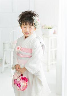 七五三の撮影なら茨城県水戸市、つくば市にある、創業明治25年の老舗写真館(株)小貫写真館パセオヌエボへ。衣装レンタル、着物、ドレス、着付け、ヘアメイクもプロにお任せください。七五三の家族写真、兄弟写真も人気です。 Kids Girls, Cute Girls, Little Girls, Rite Of Passage, Kimono Dress, Yukata, Geisha, Baby Photos, Girly