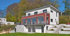 Wohnraumerweiterung des modernen Pultdachgebäudes, roter Anbau mit schwedenhausähnlicher Fassade – Baufritz Krähling