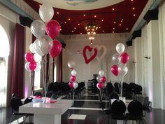 Aankleding feestzaal met ballonnen en harten