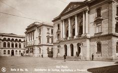 Postal n. 15, mostra as secretarias de Justiça (ao fundo), de Agricultura e do Thesouro. O local é o Pargo do Palácio. Exceção a secretaria de Justiça, os outros dois edifícios permanecem no local e foram recentemente restaurados.