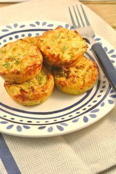 Deze aardappelrondjes zijn een lekker en simpel bijgerecht. Je hoeft alleen de aardappels te raspen en te mengen met de andere ingredienten, 20 tot 25 minuten in de oven en je aardappelrondjes zijn klaar! Serveer de aardappelrondjes met een stukje vlees of vis en een salade. Tijd: 20 min. + 20-25 min. in de oven Recept voor 5/6 aardappelrondjes Benodigdheden: 1 witte ui 4 grote aardappelen 1 ei 50 gram geraspte kaas snufje zout/peper 2 theelepels tijm 1 theelepel paprikapoeder I Love Food, Good Food, Yummy Food, Tasty, Dutch Recipes, Cooking Recipes, Mini Tortillas, Oven Dishes, High Tea