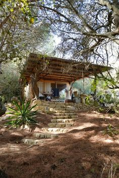 Low cost straw-bale cabin in Andalucia, Costa de la Luz, Spain. Contributed by Anonymous. Tiny Cabins, Tiny House Cabin, Cabins And Cottages, Tiny House Design, Modern Cabins, Little Cabin, Little Houses, Architecture Renovation, Forest House