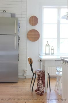 Simple but beautiful House By The Sea, Scandinavian Kitchen, Wooden House, Wishbone Chair, Dining Room, Design Inspiration, Cottage, Furniture, Alice