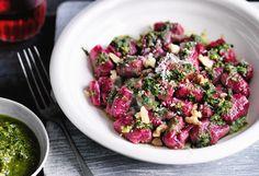 Rote-Rüben-Gnocchi mit Walnuss-Petersilien-Pesto Gnocchi, Sprouts, Potato Salad, Pizza, Cabbage, Food Porn, Potatoes, Dinner, Vegetables