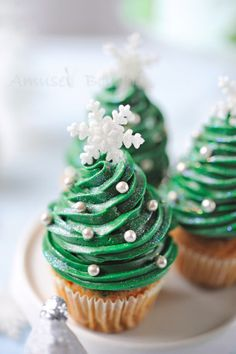 Dulces y Cupcakes Decorados para Navidad - Cake Decorating - Cupcake Christmas Tree Cupcakes, Holiday Cupcakes, Christmas Sweets, Christmas Cooking, Christmas Goodies, Christmas Christmas, Christmas Cupcakes Decoration, Christmas Ideas, Winter Cupcakes