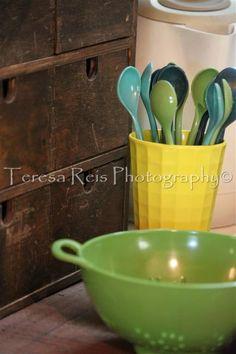 Móvel pequeno com gavetas; copo com talheres em melamina e escorredor de vegetais para colheres de café