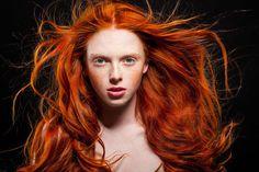 Rote Haare sind unglaublich sexy, sie bedürfen aber auch einer speziellen Pflege. Wir haben Tipps gesammelt, die du beherzigen solltest, wenn du eine rote Mähne trägst.